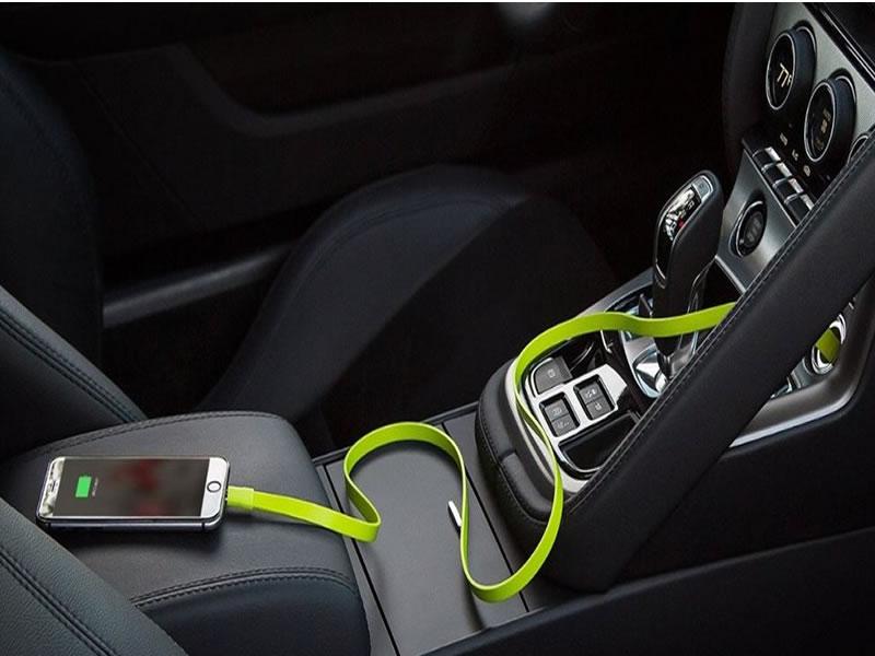 É verdade que carregar o celular no carro pode estragar sua bateria?