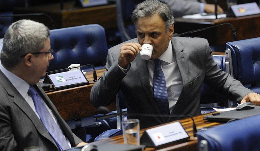 Em rádios de Minas, Aécio busca reabilitação para disputar Senado