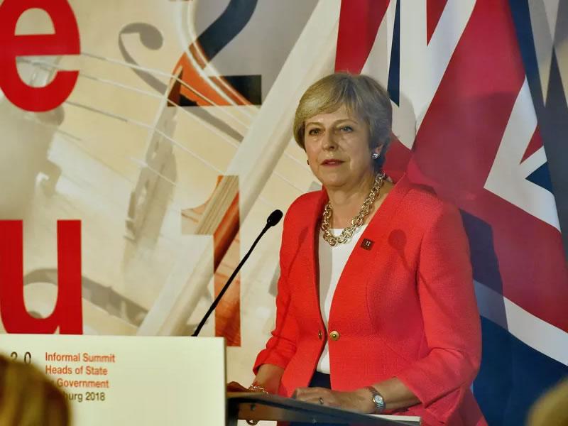 May diz que não vai mudar de rumo nas negociações do Brexit e pede respeito da UE