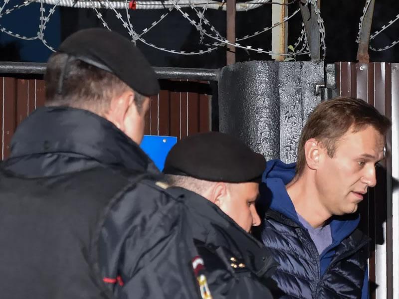 Opositor russo Alexei Navalny é detido logo após deixar prisão